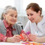 Sesión de terapia ocupacional en geriatría